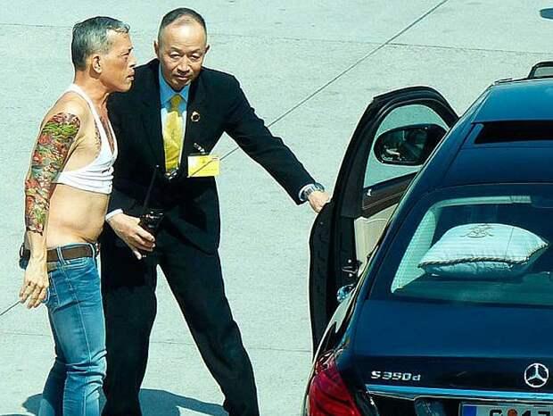 Вот в таком виде Маха Вачиралонгкорн, тогда еще принц Таиланда, прилетел с официальным визитом в Германию. Фото: BILD/YouTube
