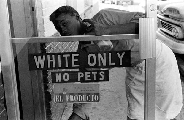 Надпись на дверях кафе Только для белых. Вход с домашними животными запрещен