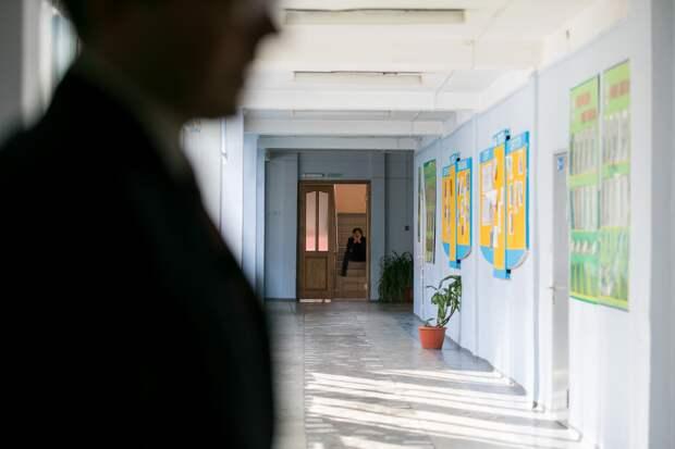 """""""Пенсионерка смотрит в мониторы"""": как в России организована охрана школ"""