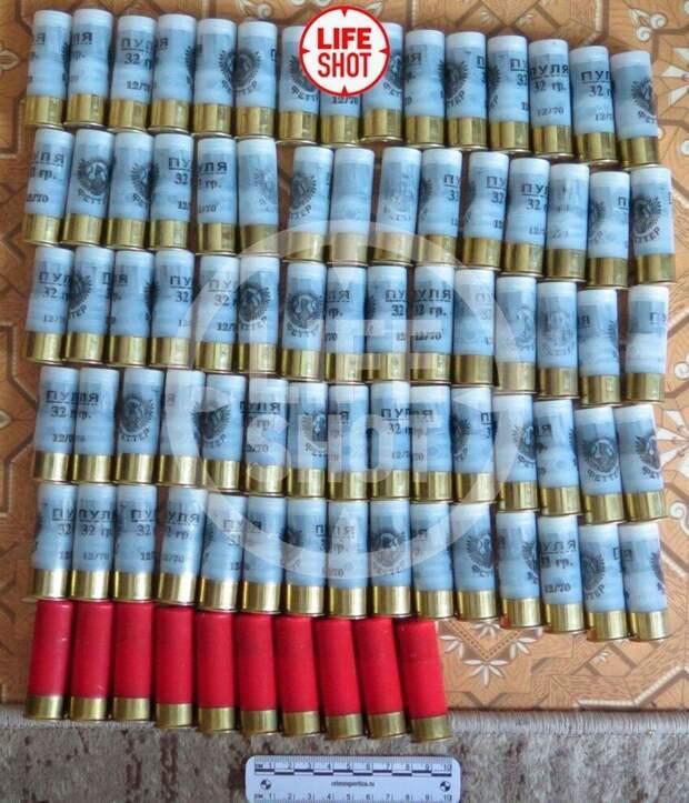 Перед нападением, 4 мая, Ильназ Галявиев приобрел в двух оружейных магазинах 350 патронов к ружью, большую часть из которых захватил с собой в школу