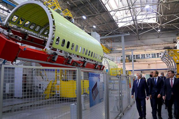 На фото: глава министерства промышленности и торговли Денис Мантуров высоко оценил подготовку МС-21-310 с двигателем ПД-14 к первому полету, 27 ноября 2020 года.