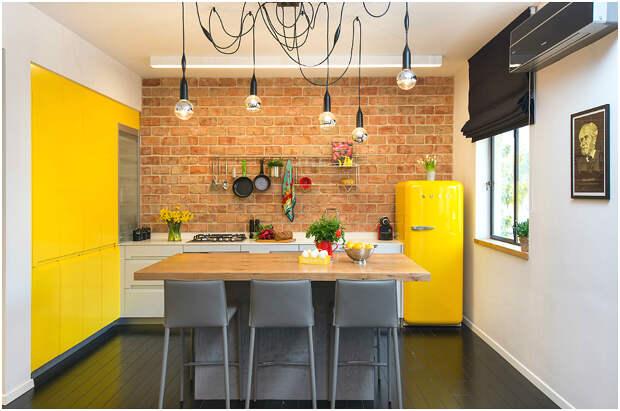 Контрастное сочетание жёлтой стены и кирпичной кладки