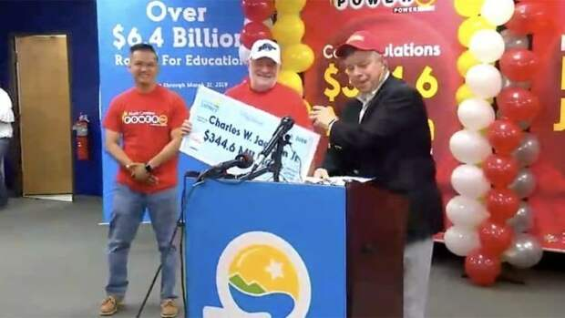В США пенсионер выиграл 344 млн долларов в лотерею, благодаря печенью с предсказанием