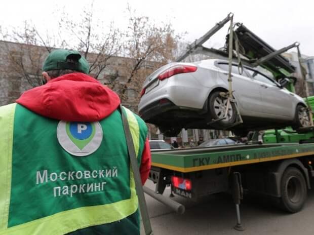 В Москве парковочных инспекторов отправят на курсы вежливости