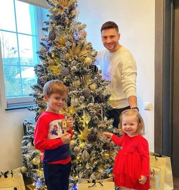 сергей лазарев с детьми у елки
