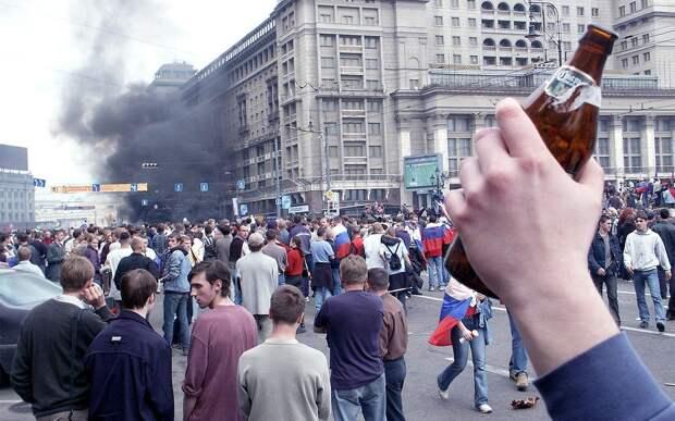 «В толпе были провокаторы». Почему болельщики устроили погромы в Москве после поражения России на ЧМ-2002
