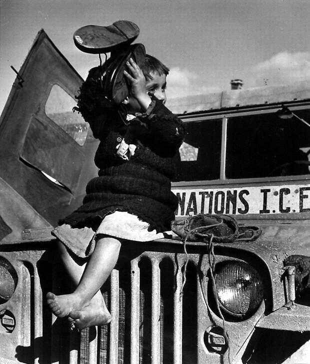Греция, 1948 год - Девочка, которой вручили ее первые ботинки