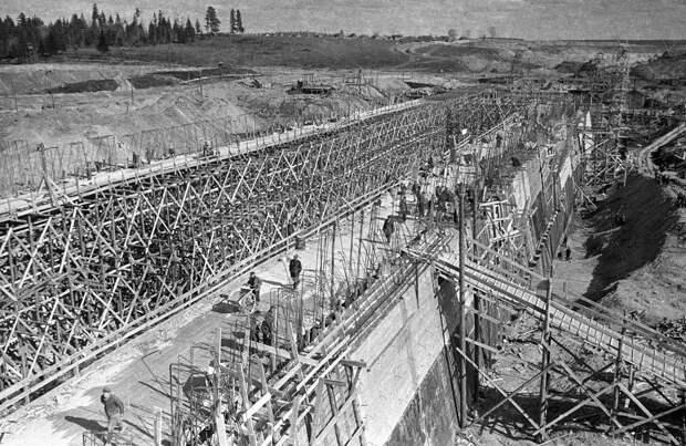 Строительство шестого шлюза на канале Москва-Волга.