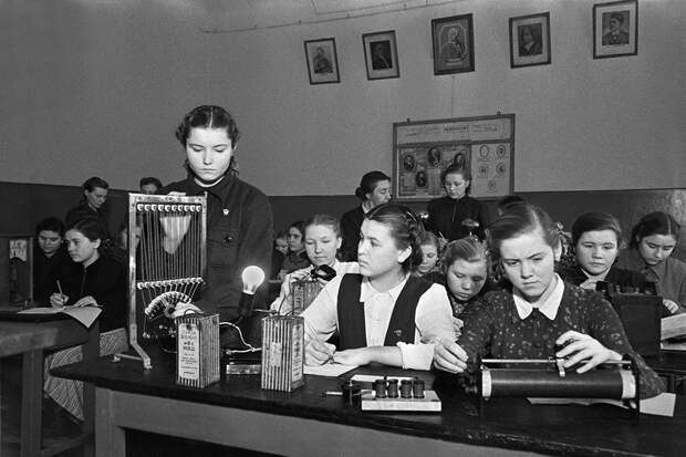 Как школьными диктантами воспитывали учеников 70 лет назад