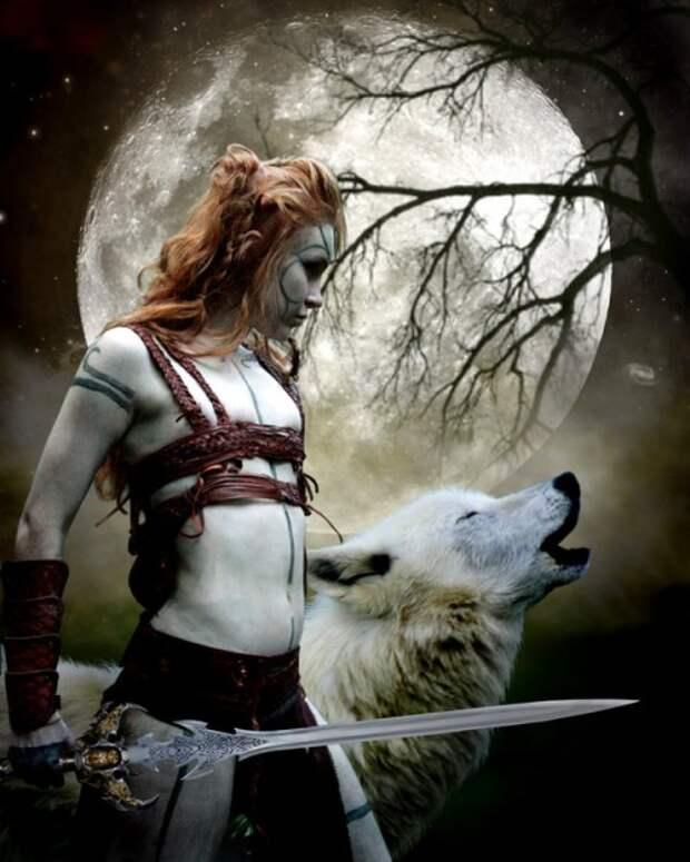 девушка с волком на фоне луны