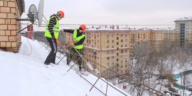 Снег с крыш в Марфине счищают кровельщики — управа