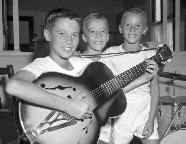 Барри, Робин и Морис Гибб, три молодых брата, которые сформируют «Би Джис» всего через четыре года после того, как эта фотография была сделана в 1956 году .  история, люди, фото