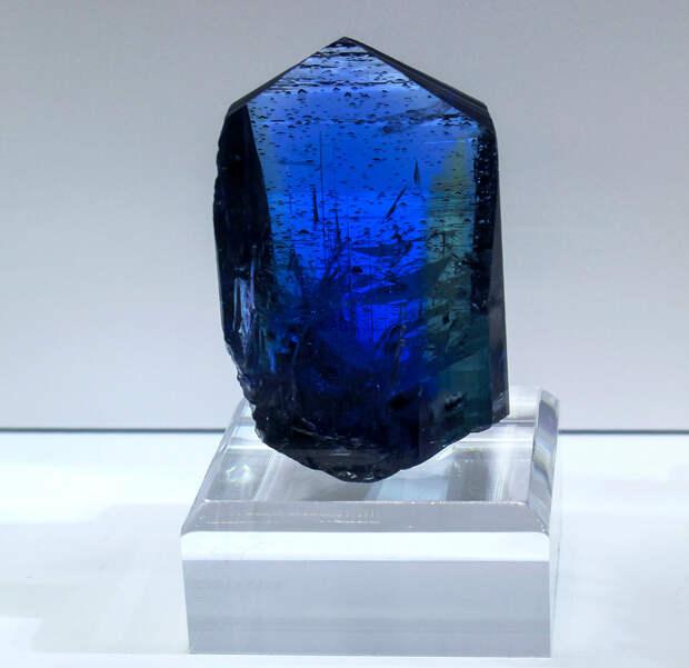 2 место. Танзанит — минерал синих и жёлто-коричневых оттенков. Добывается только на севере Танзании (провинция Аруша). (cobalt123)