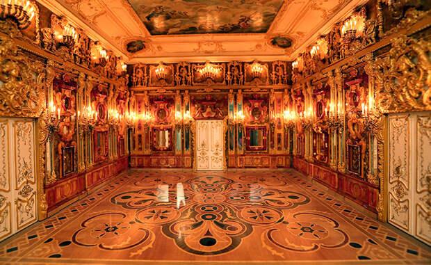 Пожар Наступление советской армии докатилось и до Кенисгберга. В пылу боев пришлось разбомбить замок-музей: долгое время считалось, что Янтарная комната утрачена навсегда.