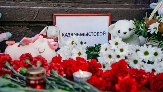 Жители Петербурга несут цветы к зданию представительства Татарстана