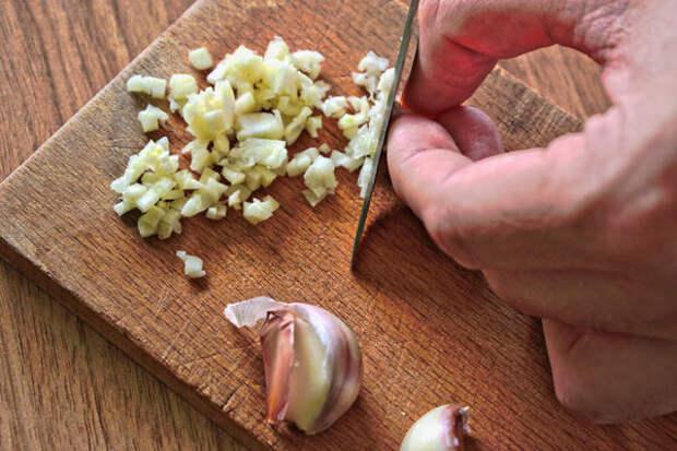 Измельченный чеснок залить водкой и яблочным уксусом