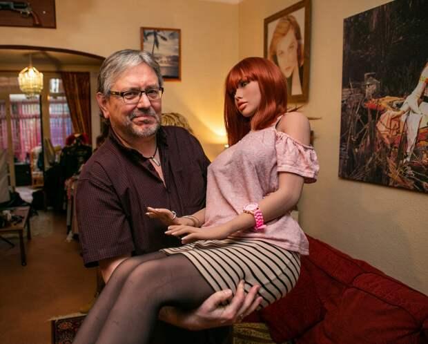 Британский пенсионер живет с 12 куклами