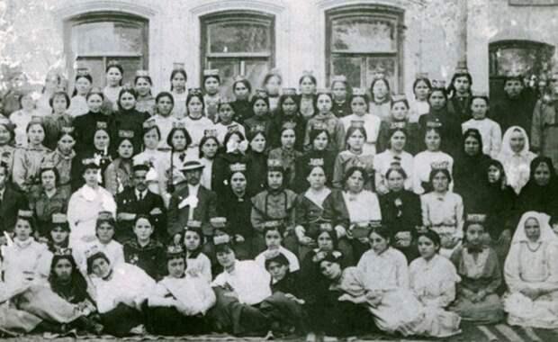Женский вопрос 100 лет назад: татарская учительница как символ революции 1917 года