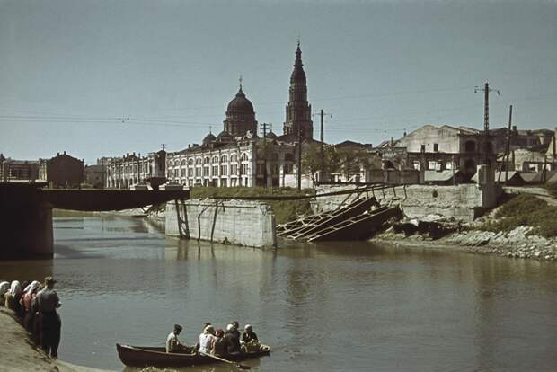 Разрушенный мост через реку Лопань в Харькове