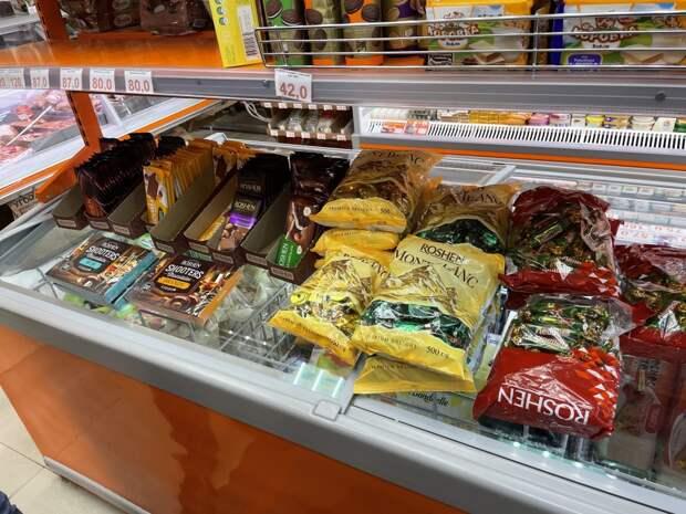 Запрещенные сладости Порошенко нашли в Севастополе