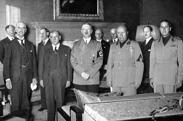 Во время подписания Мюнхенского соглашения. Слева направо: Чемберлен, Даладье, Гитлер, Муссолини и Чиано.