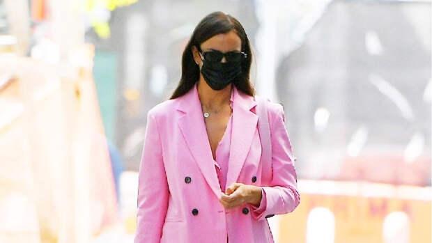Как вкусно! Ирина Шейк в костюме оттенка розового леденца