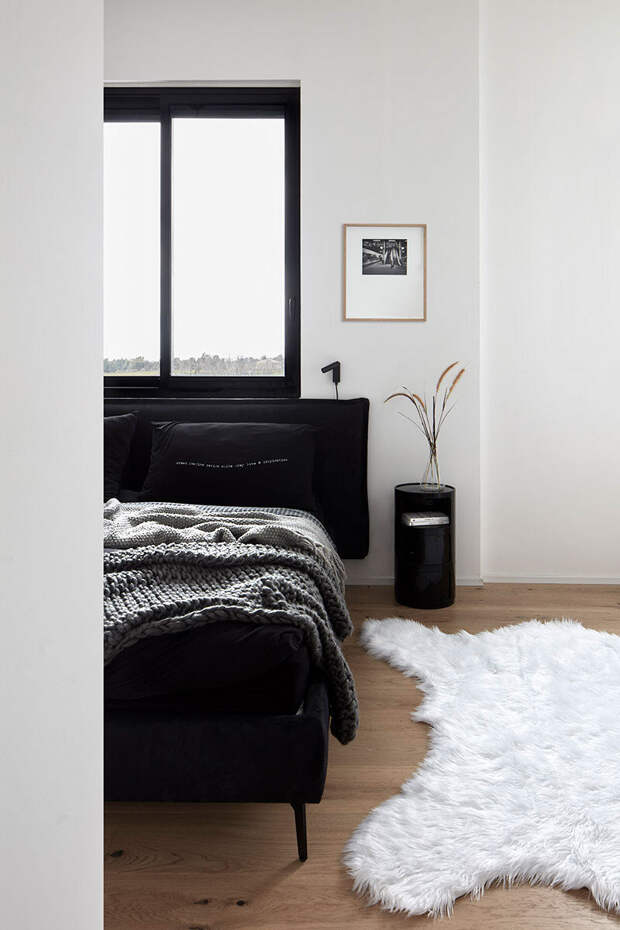 Стильная черно-белая квартира с террасой в Израиле