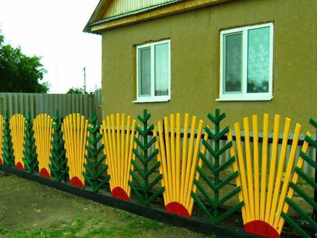 Забор из штакетника уже не выглядит банальным благодаря расположению планок «веером» и «елочкой». /Фото: cs6.livemaster.ru