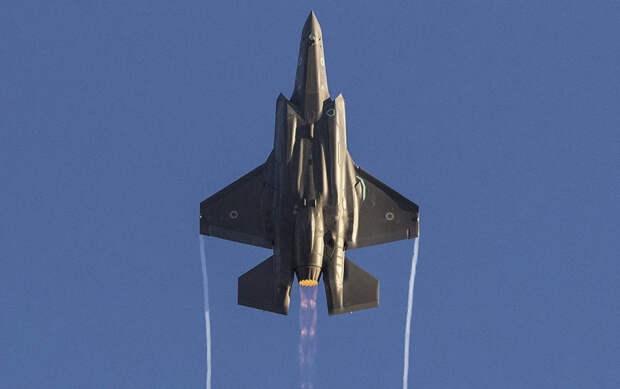 На фото: многоцелевой боевой самолет Lockheed Martin F-35 Lightning демонстрирует летные возможности