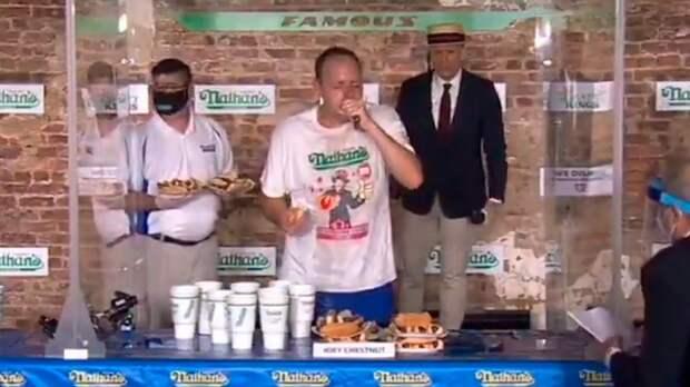 36-летний американец съел 75 хот-догов за 10 минут, обновив мировой рекорд: видео