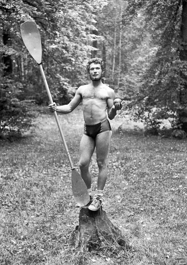 Юноша с веслом и ядром Сергей Сухарев, июнь - август 1979 года, г. Москва, Кусковский лесопарк, из архива Павла Сергеевича Сухарева.