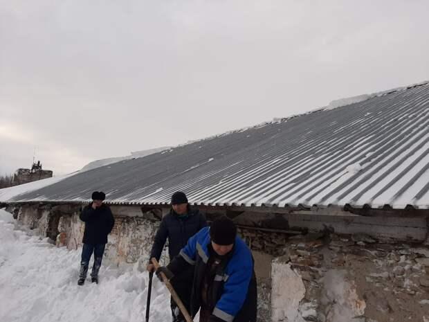 8 человек накрыло снегом, сошедшим с крыши в Алтайском крае, 4 погибли