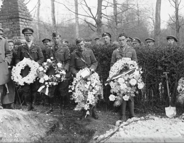 Британские пилоты с венками во время похорон Манфреда фон Рихтгофена, апрель 1918 года. история, люди, фото