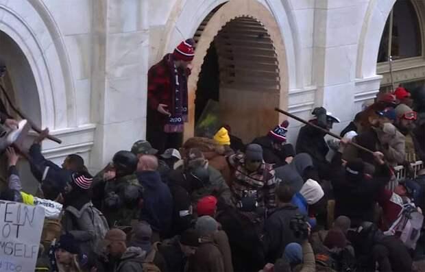 «Этот храм демократии осквернён»: в Сенате США высказались о событиях в здании Капитолия