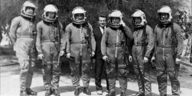 Лётчики 63-го отдельного авиаотряда. Слева направо: Н. Борщев, В. Уваров, Ю. Марченко, Н. Чудин, Н. Стогов, А. Бежевец. Аэродром Каир-Вест, 1971год