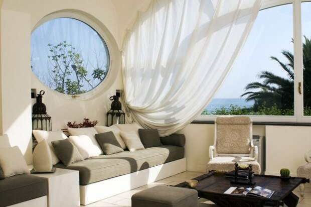 Легкие летящие шторы - элемент южного средиземноморского интерьера